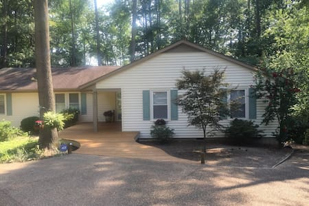 Handicapped home on lake sleeps 8 - Henrico