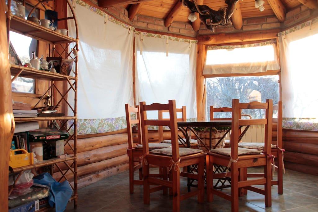 Un comedor diario con 300 grados de vista a la naturaleza