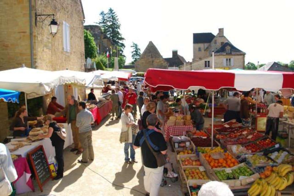 Très réputé et ayant fait l'objet d'un reportage de TF1 : Le marché de Saint-Geniès