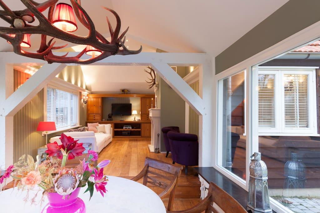 woonkamer met serre fantastische vergezichten over het landgoed/living with spectacular view over the estate