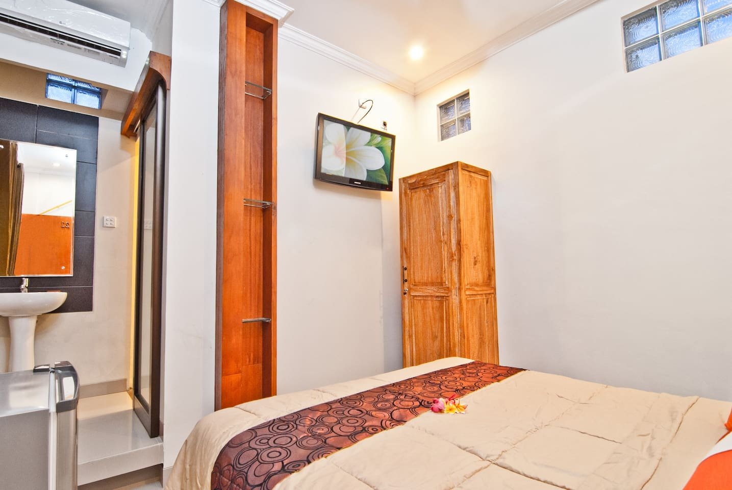 Deluxe room at Kuta EcoStay sufficient for 2 pax