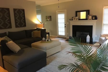 Private floor in quiet neighborhood - Greenville - House