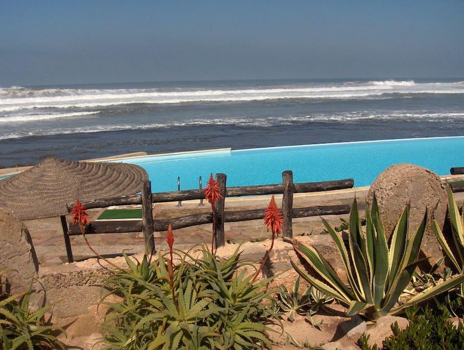 les plages et piscines de la Corniche à 10 minutes en taxi.