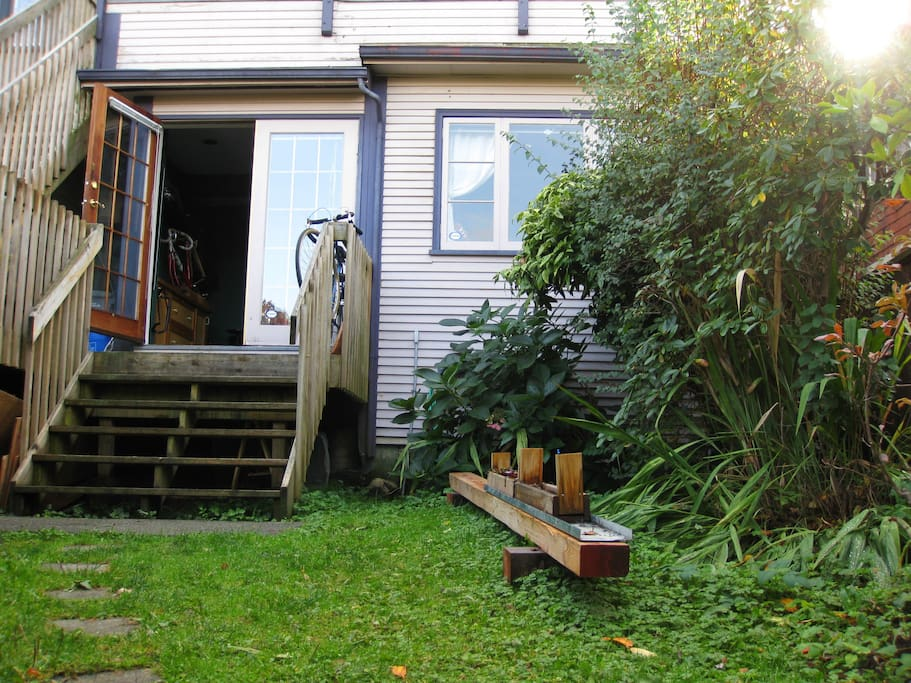 Garden entrance to  the house  - Borrow one of the bikes and explore the city! - 2 major biking paths are only a block away.