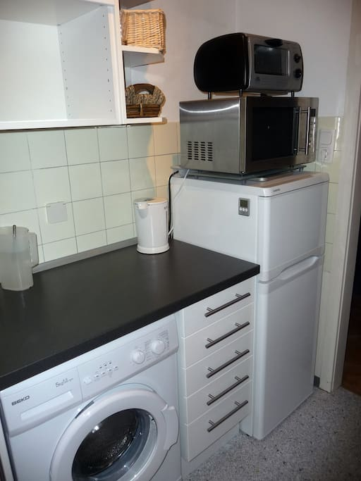 Einbauküche mit Waschmaschine, Kühlschrank, Tiefkühler und Mikrowellenherd