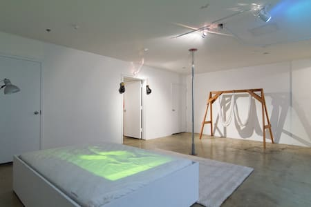 Pristine Room and Art Experience - Brooklyn