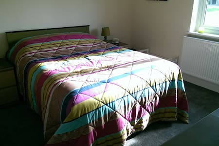 Double bedroom in Dunsfold, Surrey - Bed & Breakfast
