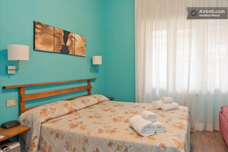 Questa camera azzurro Capri si caratterizza per il colore turchese delle pareti. Il turchese è un calmante, sollecita interesse, scioglie la tensione, rende tolleranti, generosi, ottimisti giovani e freschi. Wi-Fi, frigobar, cassaforte,  bagno/doccia .