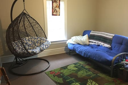 Spacious one bedroom in Highland Square - Lakás