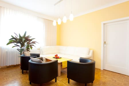 bed & breakfast close to subway U1 - Szoba reggelivel
