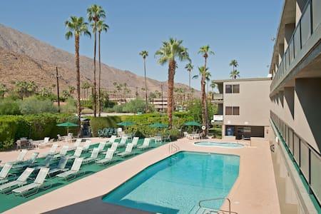 Spacious 650 sq feet Studio Spa Suite w/ king bed - Palm Springs - Bed & Breakfast