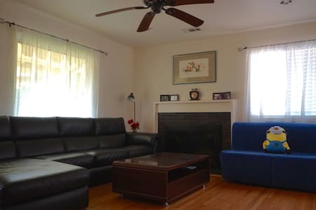 Comfy Queen Bedroom in East Bay w/ WiFi & parking - 一軒家