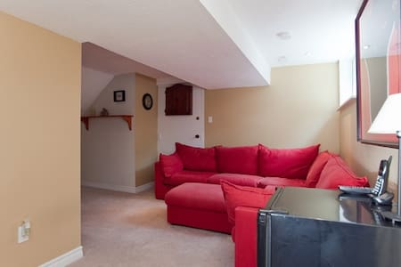 Spacious and comfortable basement suite with a comfortable queen bed and private bathroom. 15 mins away from DT Toronto and located on a quiet family-oriented neighbourhood. 5 mins away from the subway station and 10 minutes away from malls and shops