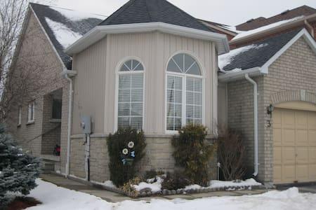 Warm WELCOME to Uxbridge, Ontario!! - Ház