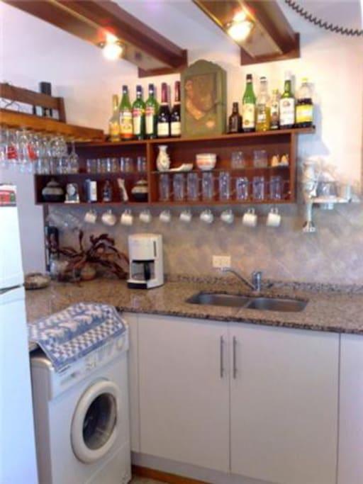 Cocina con electrodomésticos y vajilla completa. Lavarropas automático (tender en terraza propia). Pileta lavaplatos. Alacenas