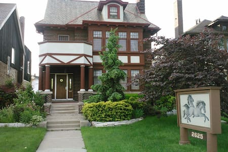 near motown museum h. ford hospital - Bed & Breakfast