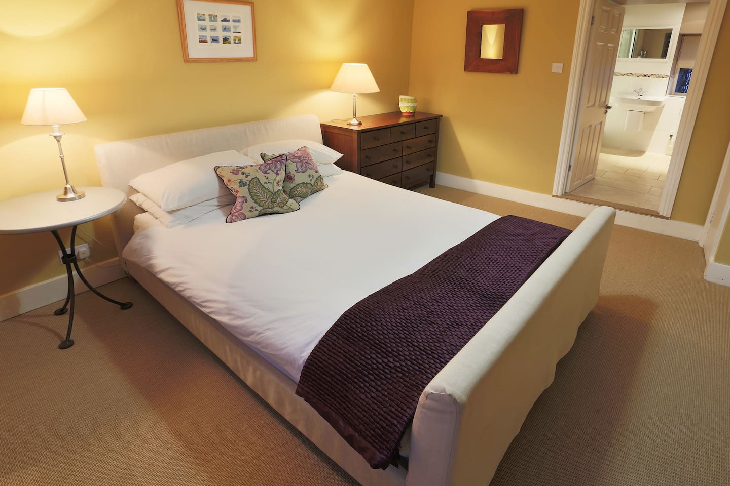 comfortable kingsize bed room 1