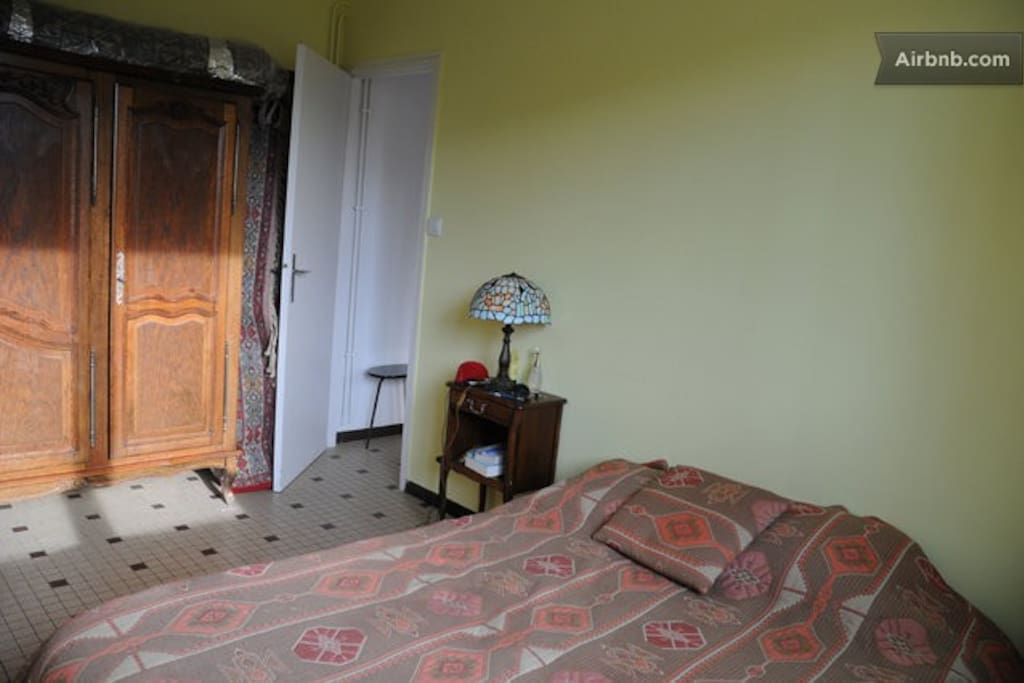 Chambre avec lit double / Room with a queen size bed