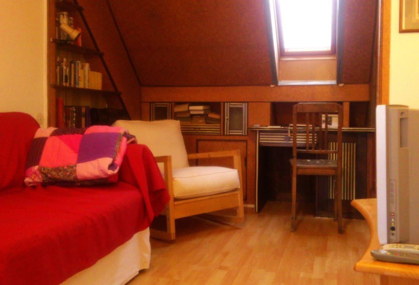 Ein Teil des Wonbereichs mit Kuschel-Couch und Schaukelstuhl.