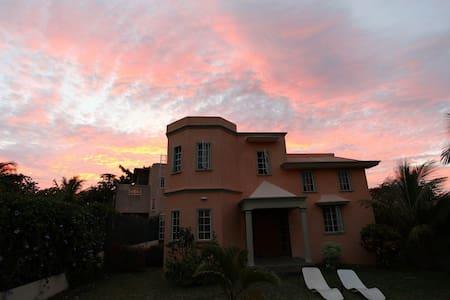 Villa Hibiscus Jaune - Black River - Huis