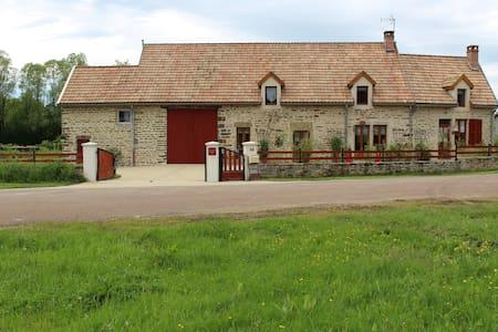 """"""" Au Clos des Tourelles """" Chambre les hirondelles - Longecourt les Culêtre - Bed & Breakfast"""