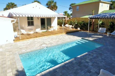 Bright 1940's Beach Cottage & Pool - Saint Augustine - Casa