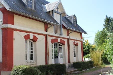 Spacious Cottage on chateau grounds - Casa
