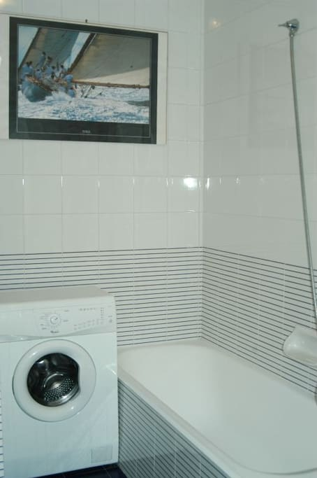 Bagno con vasca e lavatrice