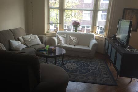 Our house is a shared house (4 people) in Amsterdam South, which is a lively but quiet neighborhood, close to the vondelpark (8 minutes) and Leidseplein.