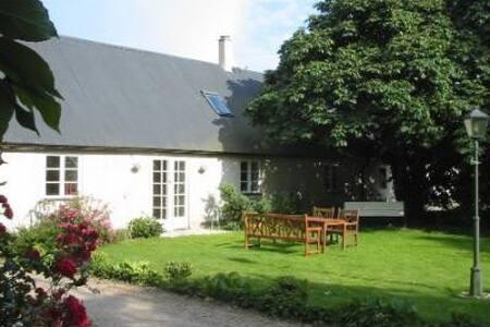 """Pretty farmhouse """"Lotta"""" in Löderup - Löderup - Zomerhuis/Cottage"""