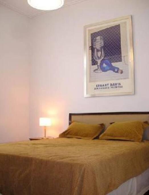 Dormitorio con cama de dos plazas. Posee un amplio ropero y un aparato de TV