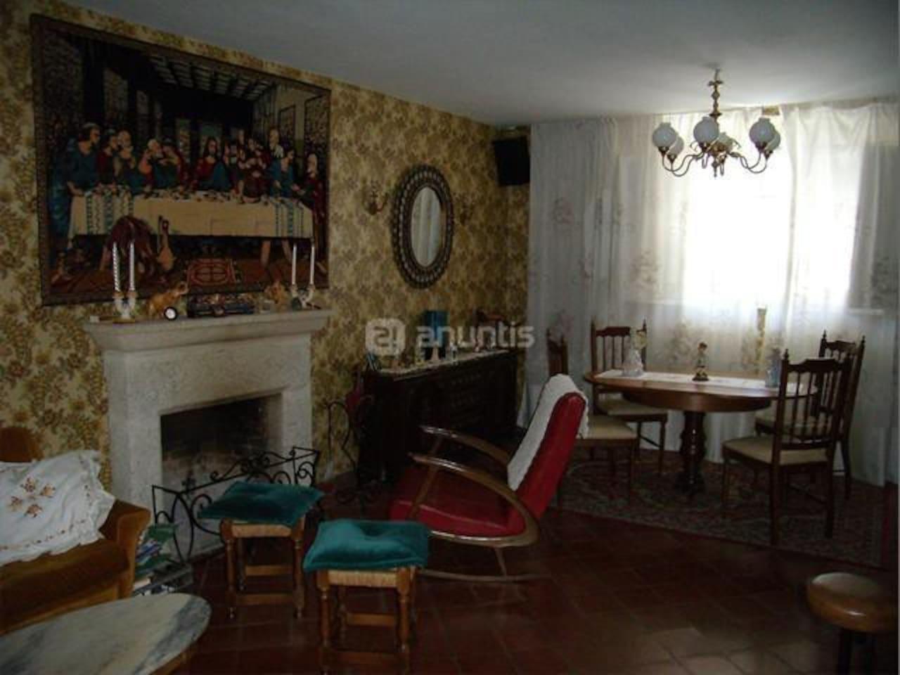 Salón con chimenea y piano