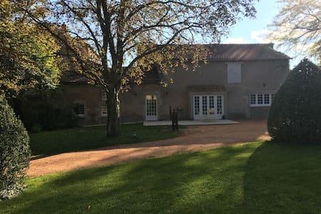 Charmante maison face au Domaine Royal de Randan - Dům