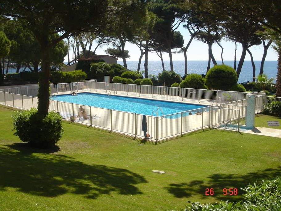 heerlijk zwembad met prive doorgang naar het strand