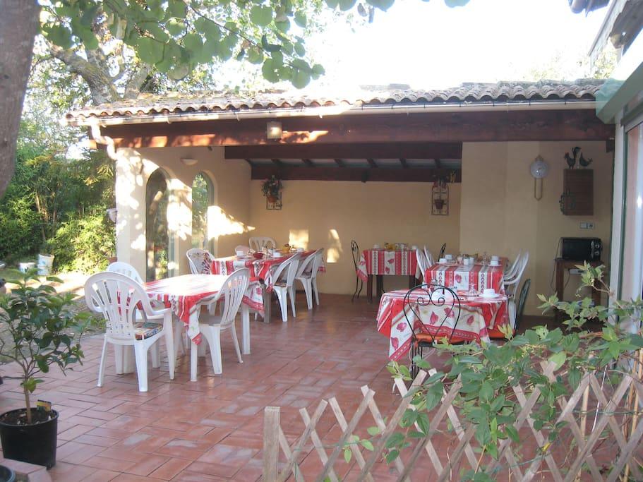 Terrasse - pour repas et petits déjeuners