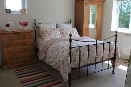 Double bedroom & guest bathroom near Uttoxeter. - Hus