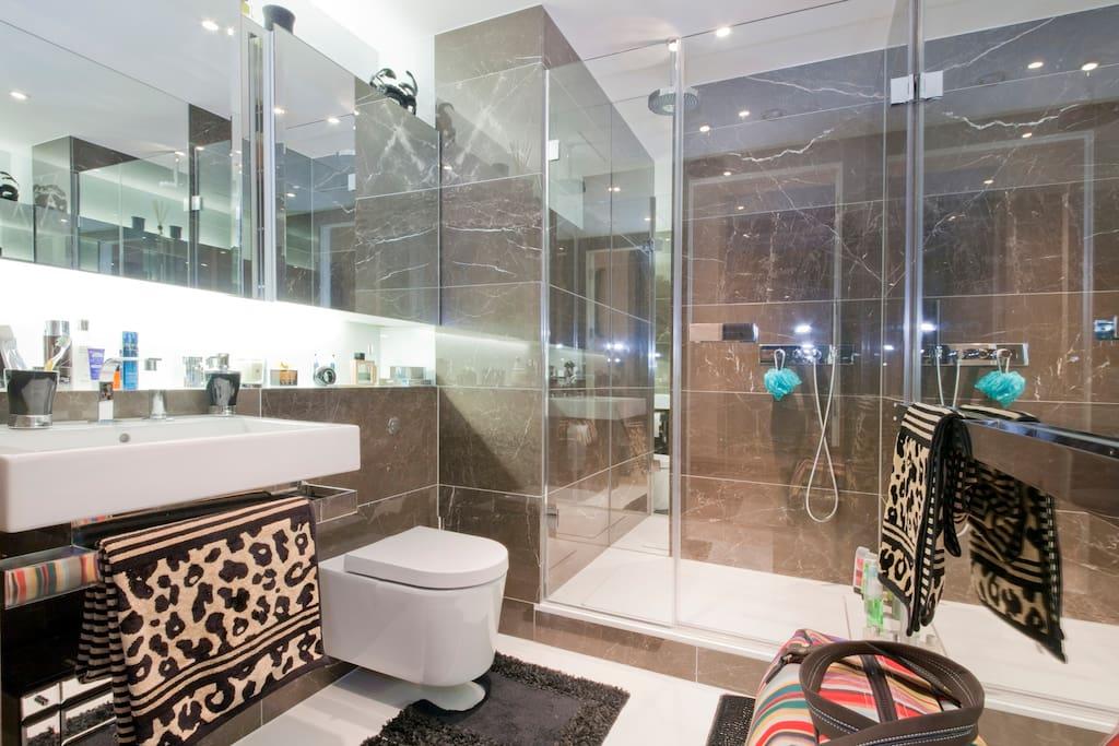 En-suite bathroom with large shower (2)