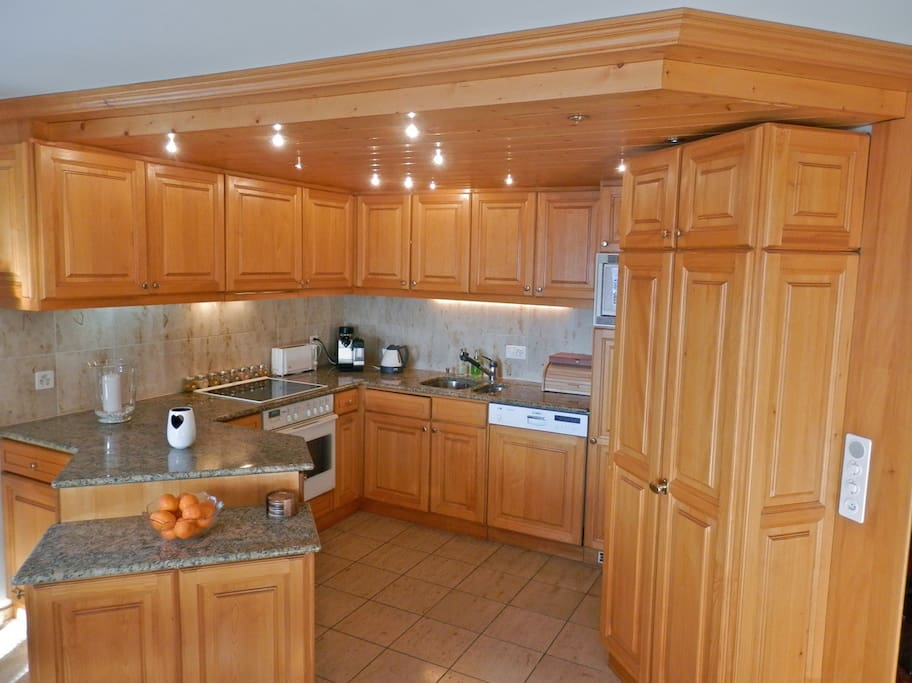 Extensively equipped kitchen with food mixer & Nespresso coffee machine