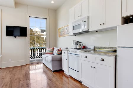 GARDEN DISTRICT with balcony - Sleeps 4! Apt. D - New Orleans - Apartment