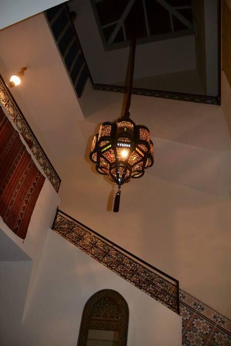 Escalier montant du patio vers les niveaux accédant aux chambres et à la terrasse