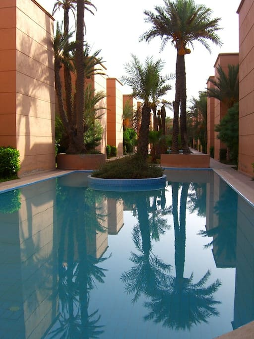 Une des trois piscines de la résidence équipées de transats, de toilettes, de douches et de bancs, entièrement privées !