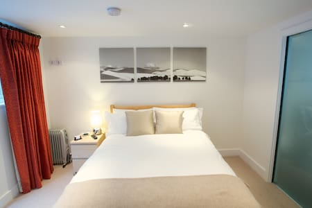 STANSTED AIRPORT - LUXURY EXEC STUDIO & PARKING!! - Casa