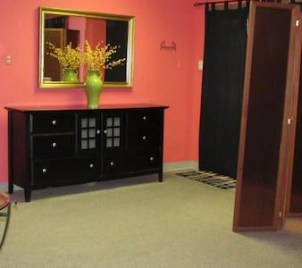 Tropical Downtown Studio with Pool - Shreveport - Appartamento