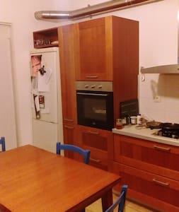 επιπλωμένο δωμάτιο κοντά στο κέντρο - Ev