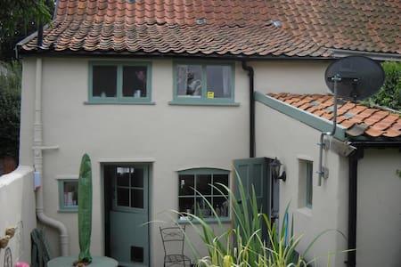 Really delightful village cottage - Hus