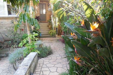 Private tropical garden flat close to beach - Haus