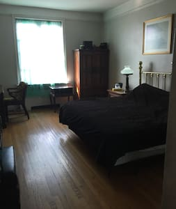 Beautiful Huge Bedroom in The Heart Of Inwood - New York - Apartment