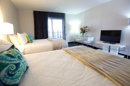 Oceanfront property. Room sleeps 4.  2 queen beds. - 기타