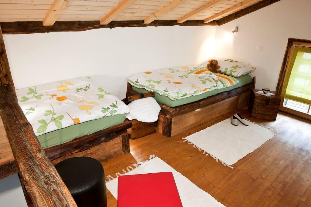 lits à l'étage avec tiroir pour 2 lits supplémentaires