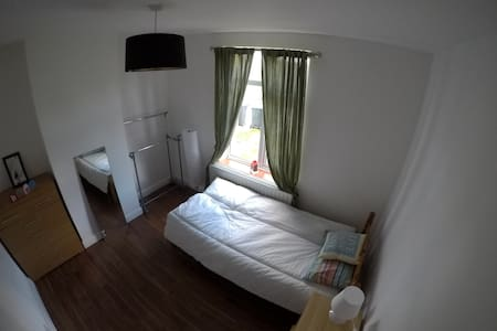 Quite and lovely new single bedroom - Huoneisto